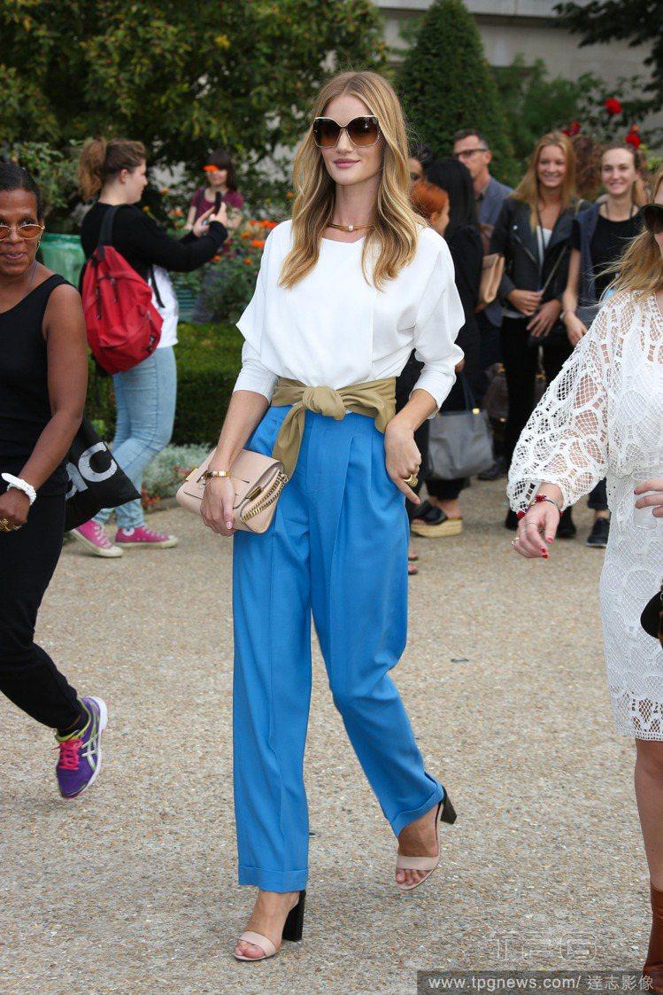 蘿西杭亭頓選擇亮藍色寬版褲搭白色上衣出席 CHLOE 時裝秀,淡綠色腰帶非常搶眼...