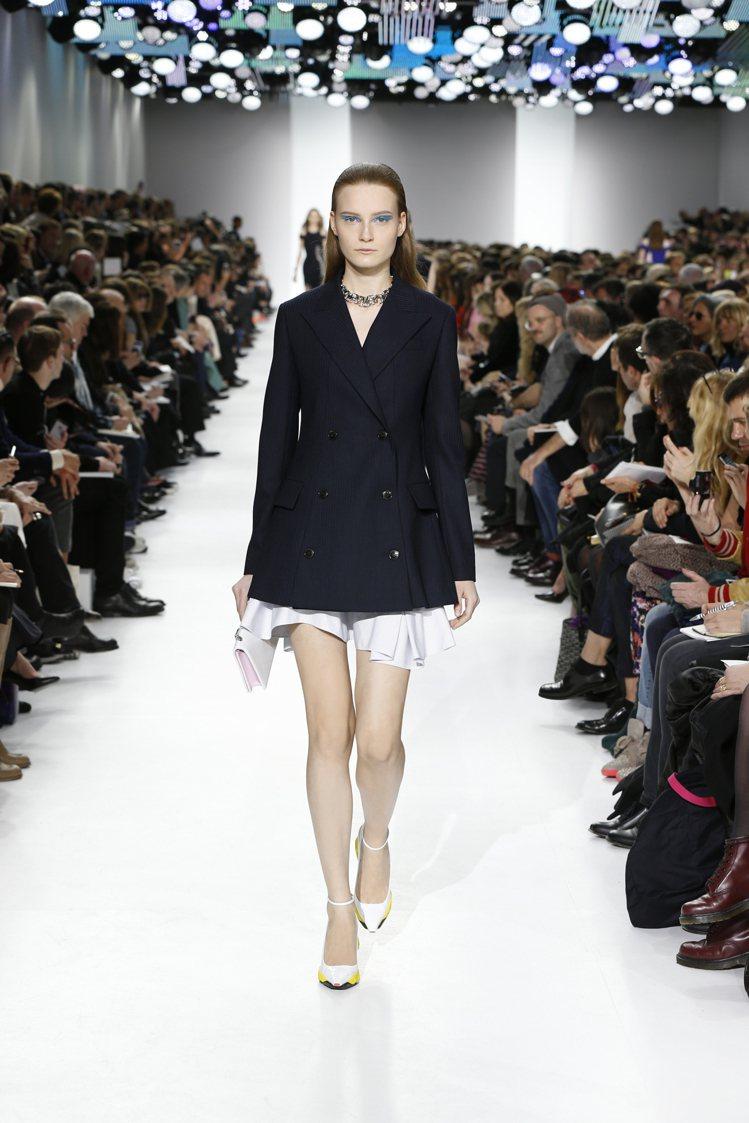以長版西裝外套為主,搭配極短的褲子或裙子、短洋裝,用西裝的正式混搭性感風情。圖為...