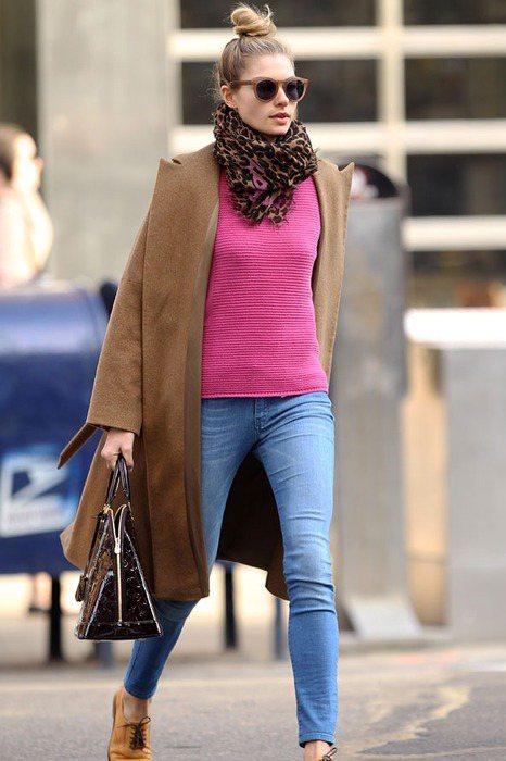 潔西卡擅長使用簡單、有特色的單品做混搭,以顏色抓出視覺重點,尤其是粉紅色。圖/s...