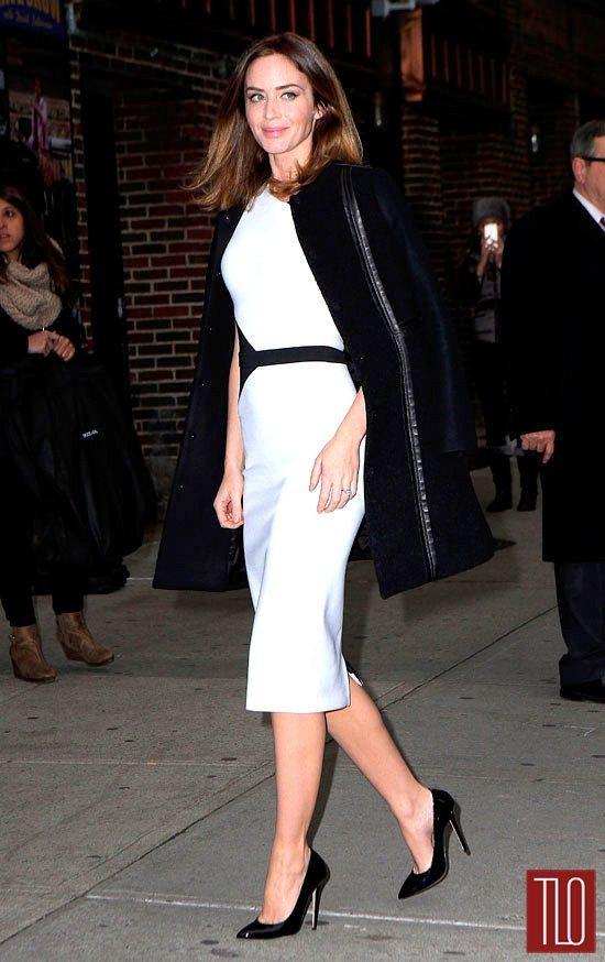 艾蜜莉布朗選擇以 David Koma 的白色窄裙洋裝搭 Tory Burch ...