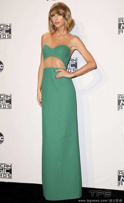 泰勒絲穿著 Michael Kors 綠色緊身禮服出席全美音樂獎,鮮豔的色彩讓她...