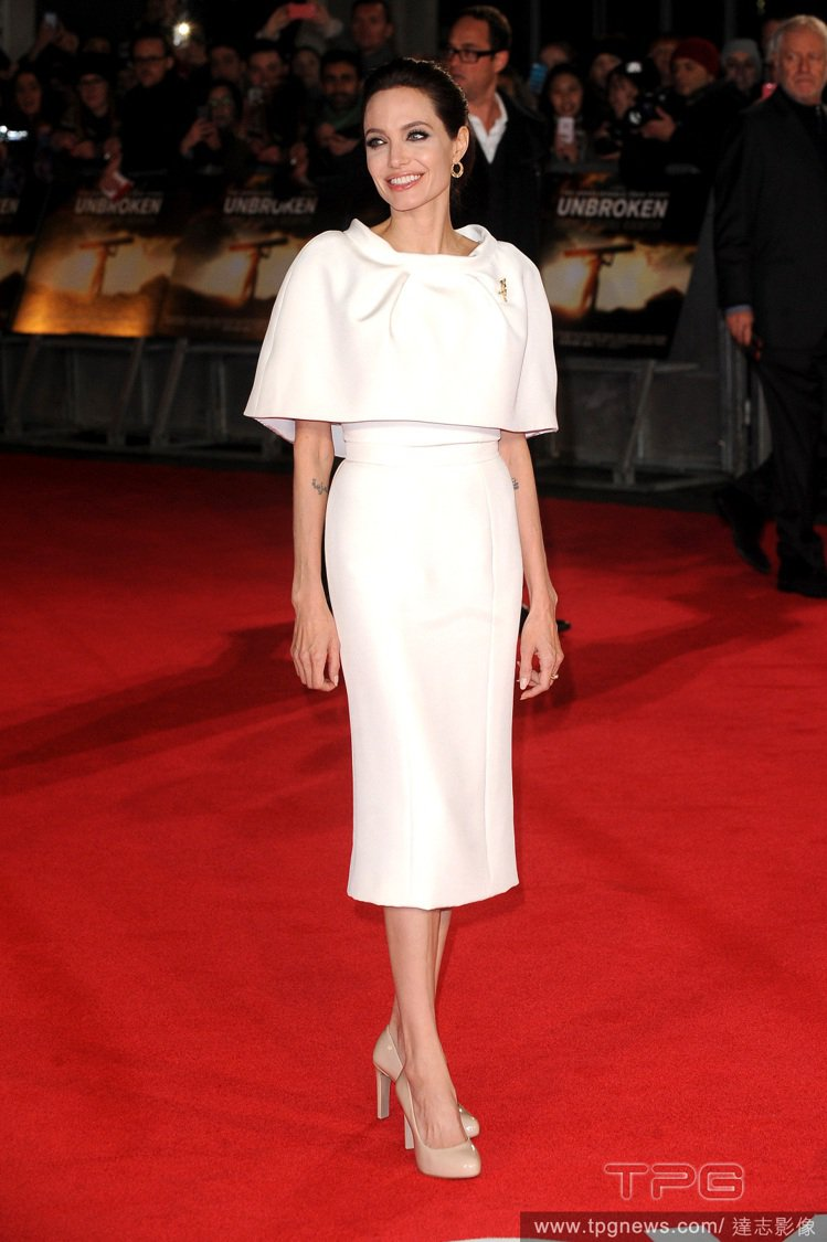 安潔莉娜裘莉出席《Unbroken》倫敦首映會,以一身白色 Ralph & Ru...