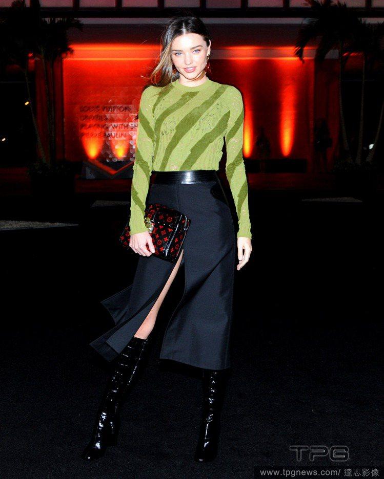 出席 Louis Vuitton 活動的米蘭達柯爾,身穿品牌服裝霸氣擺pose,...