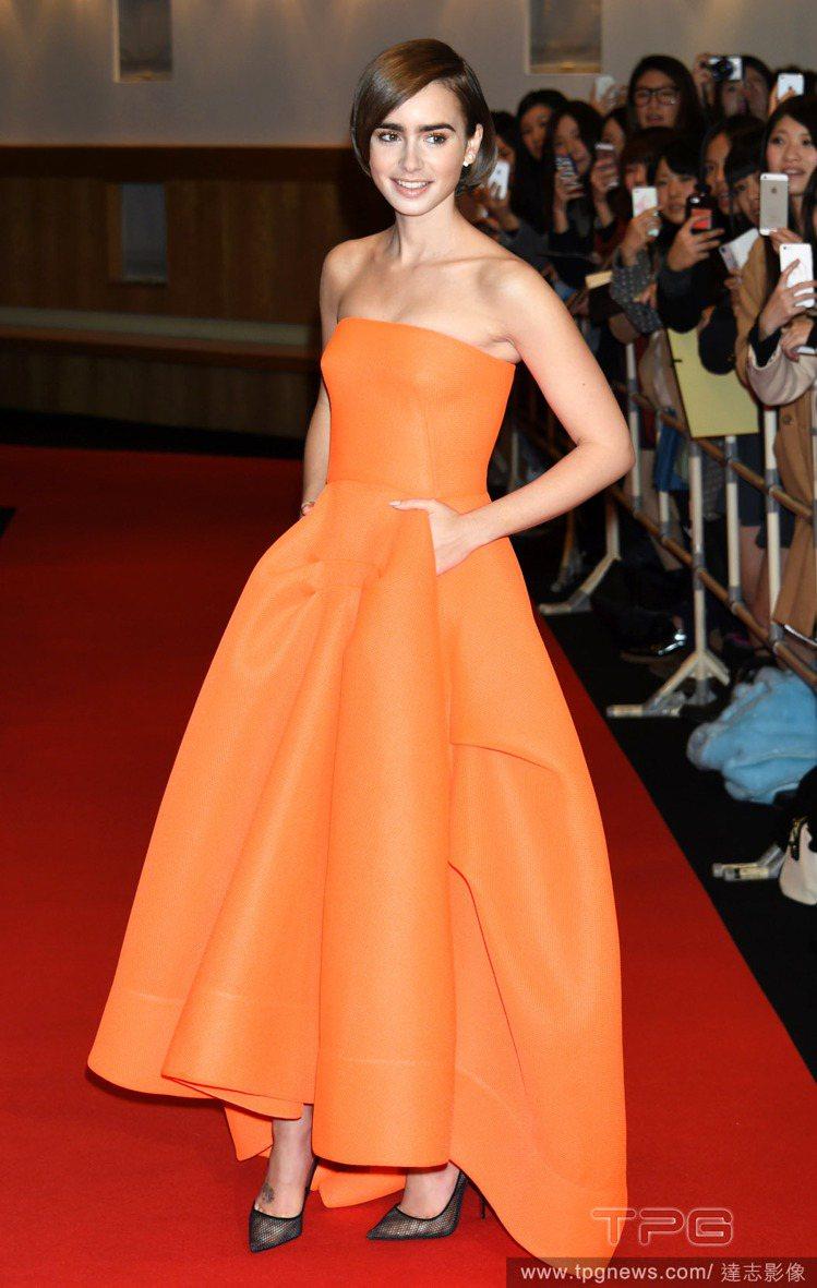 莉莉柯林斯到東京宣傳電影,以一身鮮橘色 Maticevski 禮服亮相紅毯,搭配...