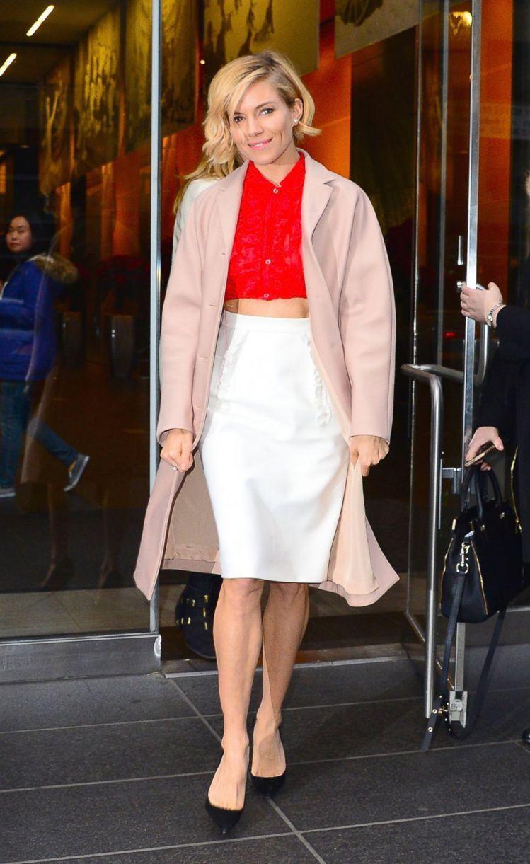 久未在公開活動亮相的席安娜米勒,以一身粉紅大衣搭紅色短版襯衫背心與白窄裙,優雅性...