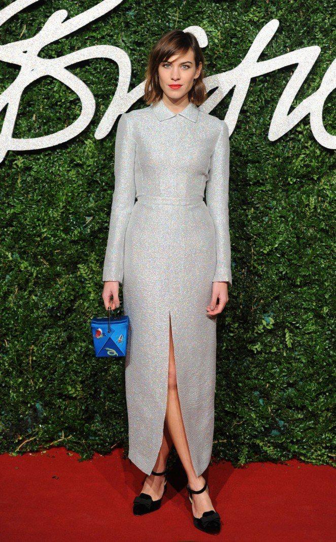 剛剪了短髮的艾里珊鍾出席英國時尚獎時選穿 Emilia Wickstead 銀色...