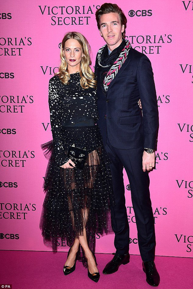 Poppy Delevingne 和老公一起參加 Victoria's Secr...