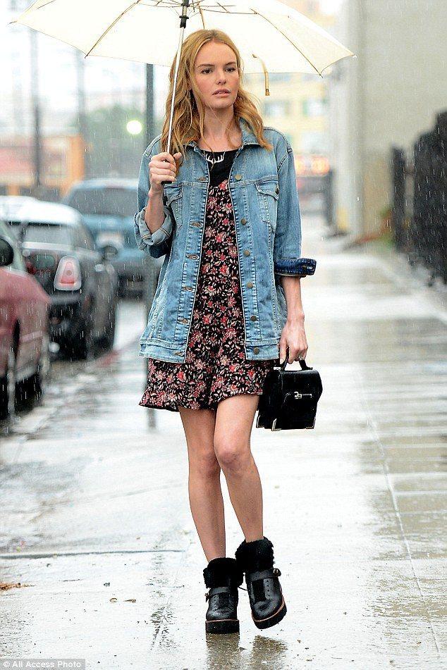 凱特柏絲沃用牛仔襯衫搭碎花洋裝穿出隨意時尚感,搭配有皮草裝飾的平底靴,展現帥氣混...