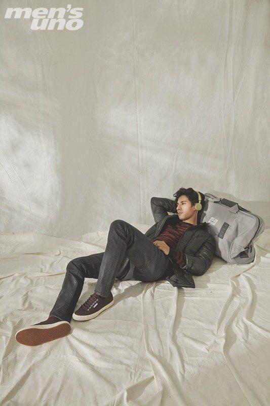 紅黑條紋圓領針織衫、深灰色長褲 by Sport b.;鋪棉防風外套 by Mo...