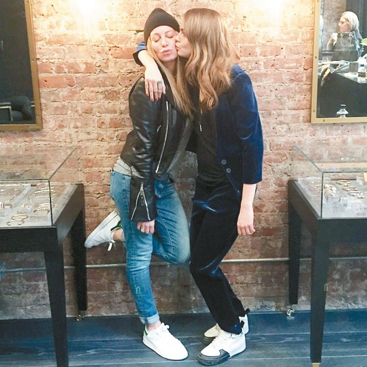 英國名模Cara Delevingne(右)和美國知名珠寶設計師Jennifer...