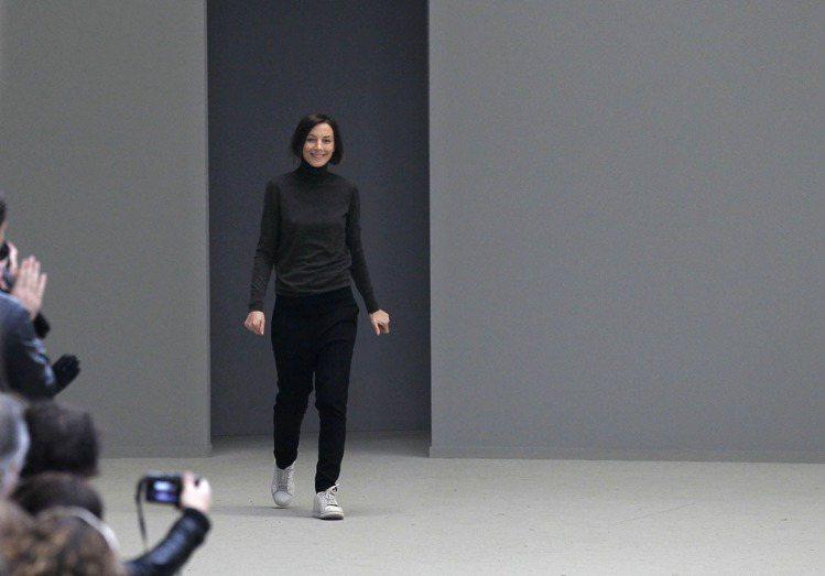 即使是巴黎時裝周的謝幕,Celine設計總監Phoebe Philo仍穿著喜歡的...