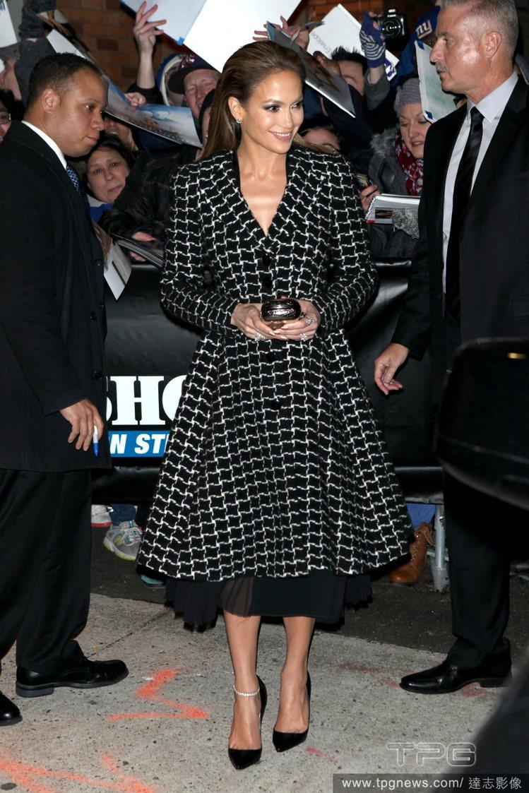 珍妮佛洛佩茲最近出席各大活動都喜歡以 A-Line 剪裁的長裙、洋裝式大衣現身,...