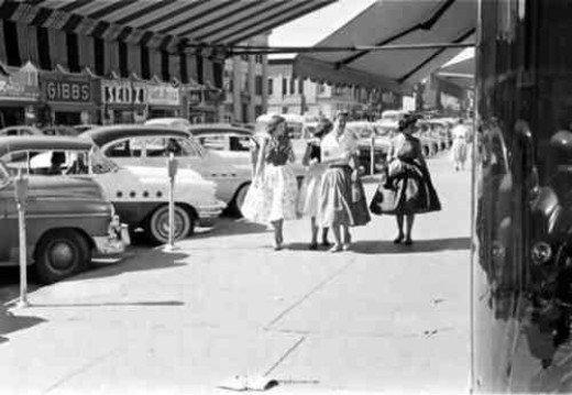 蓬裙造型則是當時女性休閒時刻喜愛選擇的穿搭法,直接選擇強調腰線的蓬裙洋裝,再搭個...