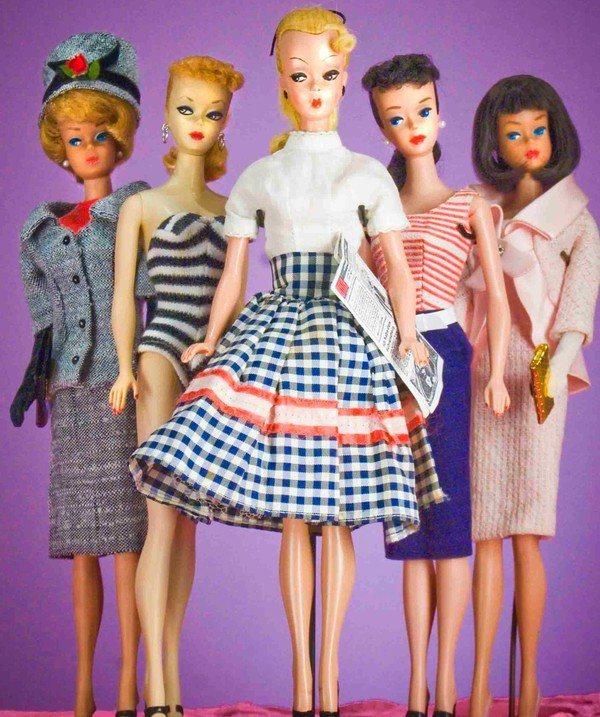 五○年代誕生的芭比娃娃最早就是照著當時的穿搭流行邏輯打造而成,有點保守的穿衣風格...
