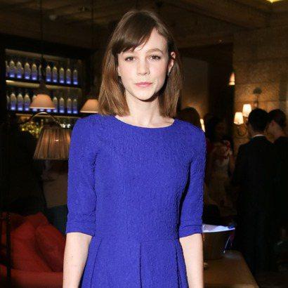 一襲寶藍色五分袖蓬裙洋裝,簡約又充滿曲線變化的剪裁,完美打造出鄰家乖女孩的氣質。...
