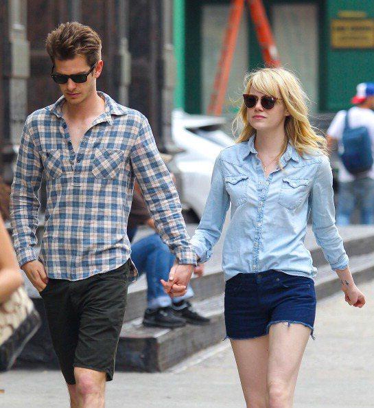 艾瑪史東&安德魯加菲爾德,墨鏡、領口均開一半的襯衫。這對情侶穿搭,雖然不...