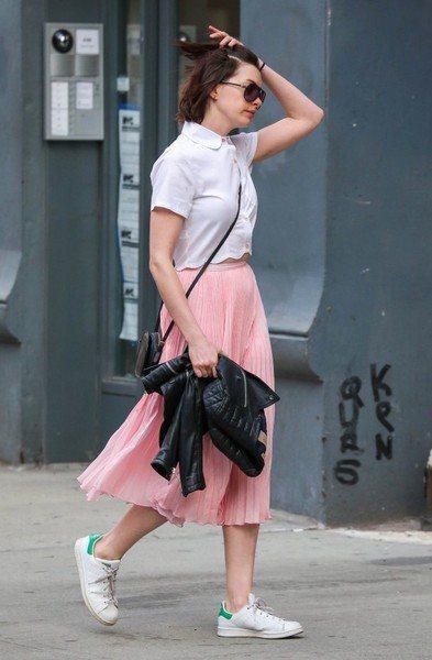 長裙讓人無法一眼看透腿部線條,搭配全白 sneakers 也是走一個混搭路線,用...