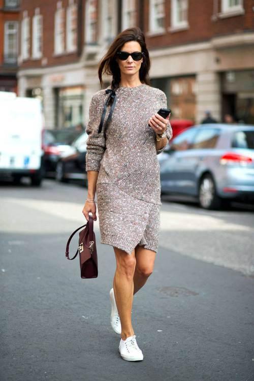 用洋裝混搭全白 sneakers 帶出隨興的休閒時尚感,不只能展現洋裝帶來的甜美...