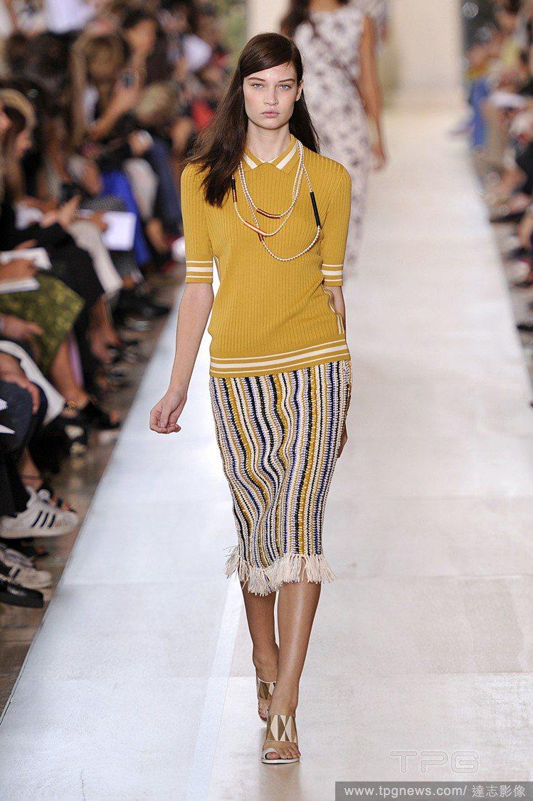 利用動物紋、幾何印花短裙來搭配 POLO 衫,既簡單又亮眼有型,Tory Bur...