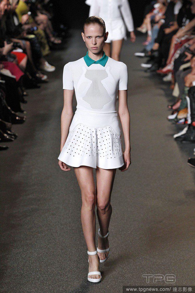 POLO洋裝的色塊與蓬裙剪裁,穿起來相當青春俏麗。Alexander Wang ...