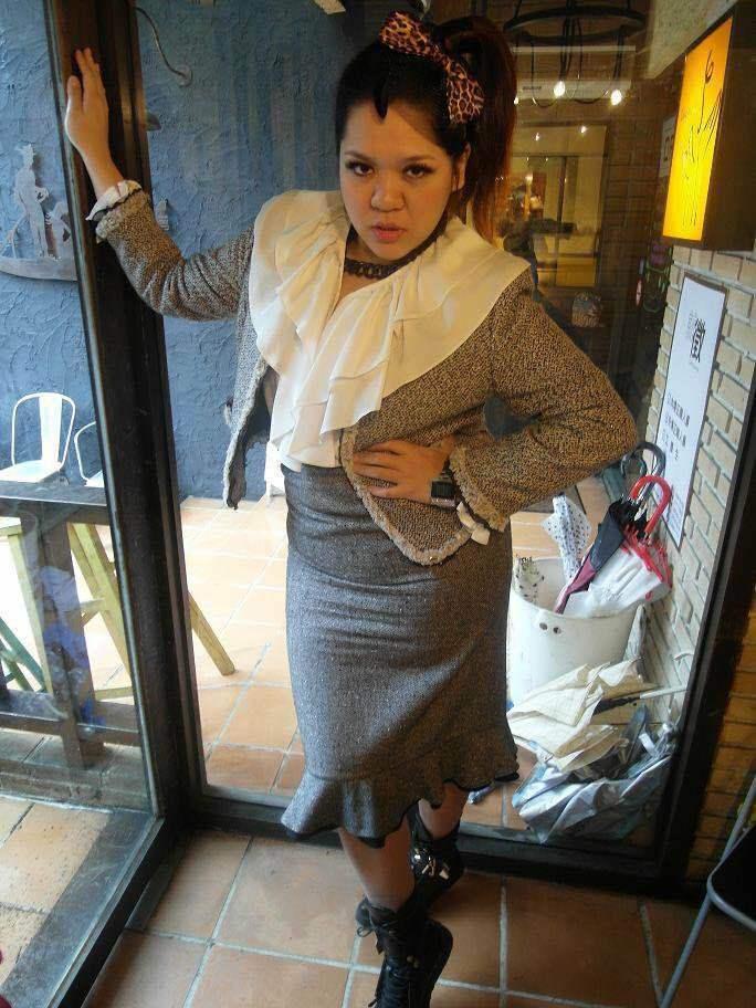 朋友聚會玩穿媽媽衣服復古趴,我超級認真投入,從大荷葉領的白襯衫到短版毛呢外套再到...