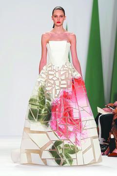 Carolina Herrera將印花渲染拼貼於裙襬,彷彿花藝家將花朵打散再重組...