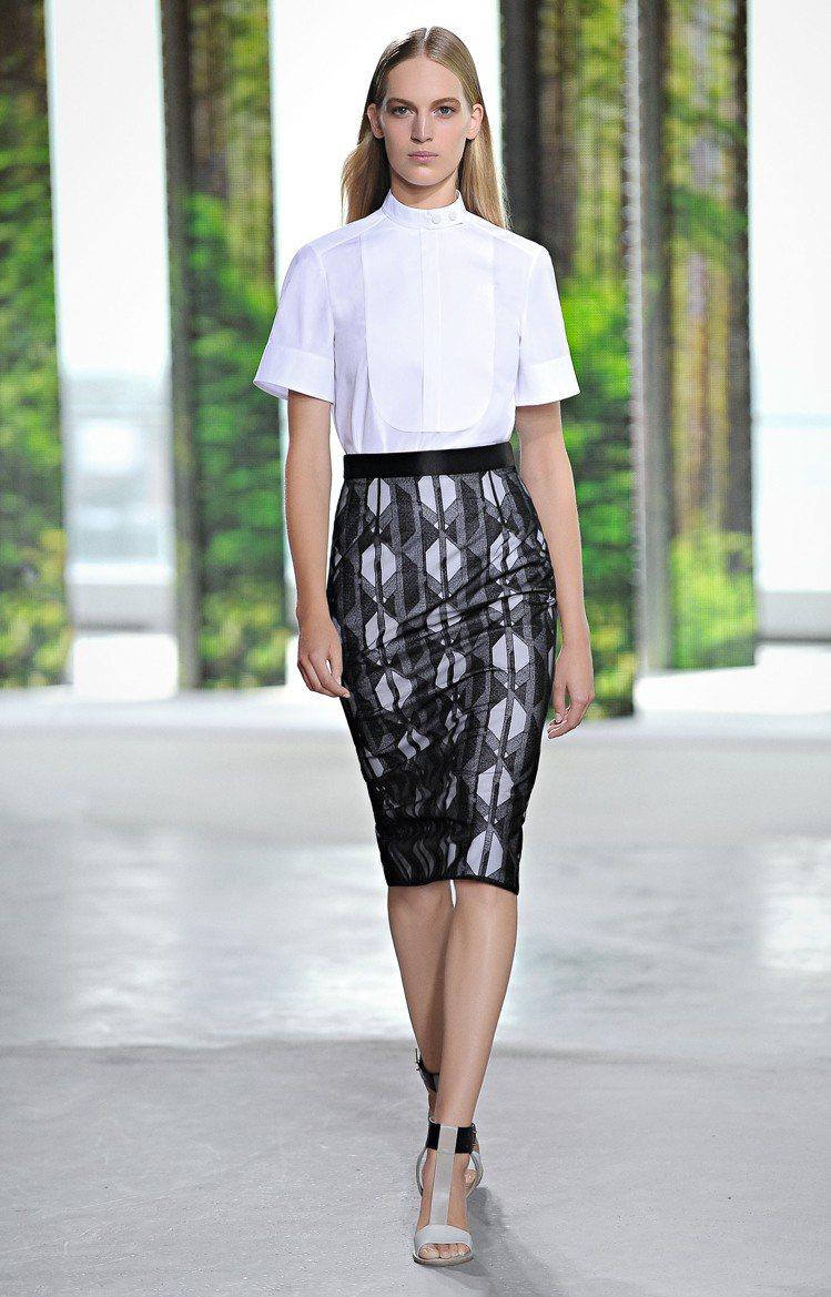 吳季剛從男士西裝外套和襯衫擷取元素,注入輕盈飄逸的女性特質,以簡潔的造型、俐落的...