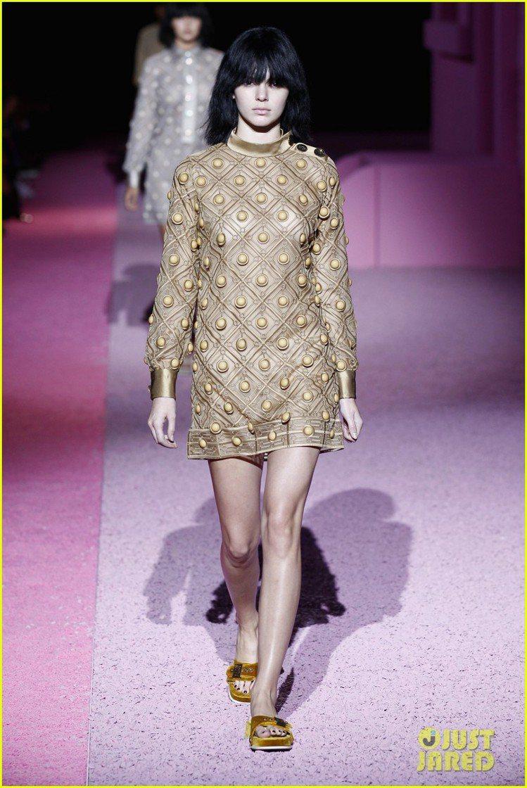 Marc Jacobs 日前發表 2015 春夏新裝,索性讓模特兒們素顏上台走秀...