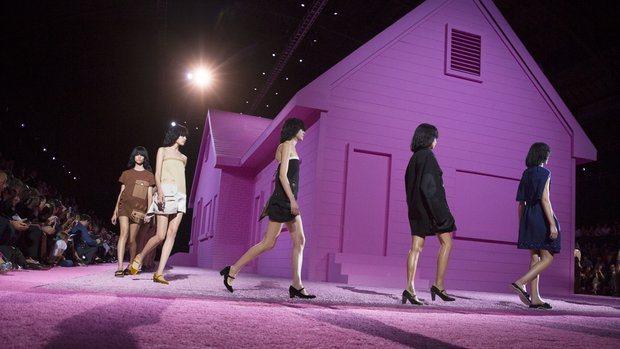 Marc Jacobs 日前發表 2015 春夏新裝,眾模特兒都頂著「馬桶蓋頭」...