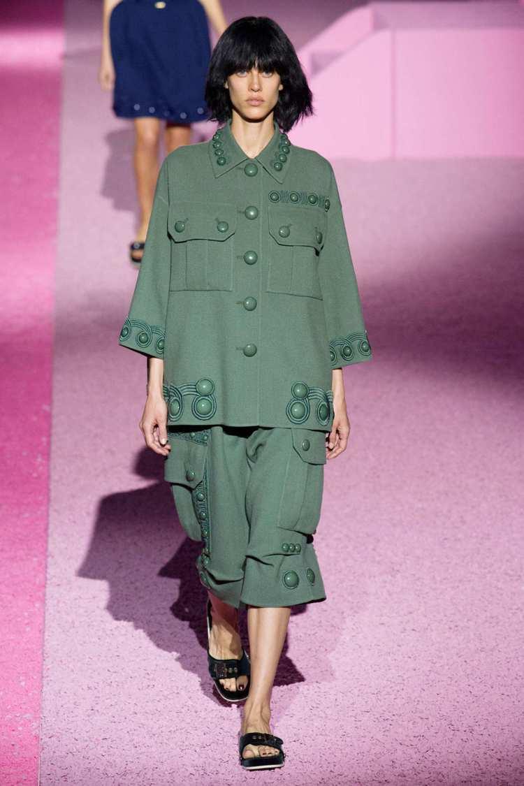 Marc Jacobs 日前發表 2015 春夏新裝,帶來奇異的軍裝風情。圖/擷...