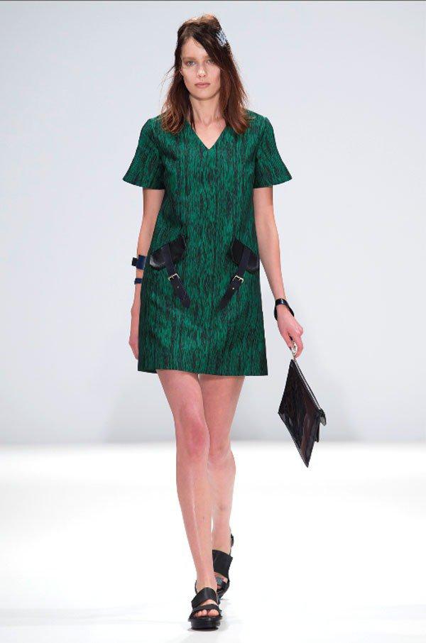 黃薇2015春夏系列,裙裝上設計皮製口袋,為女裝呈現率性酷味。圖/JAMIE W...