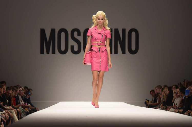 Moschino 2015 春夏把時尚圈永不過氣的 icon--芭比給請了出來,...