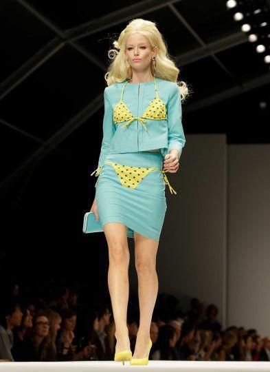 Moschino更將女孩子玩的紙娃娃和比基尼印在OL風套裝上,正式端莊之餘也要緬...
