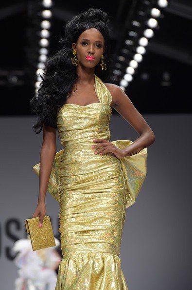 Jeremy Scott 也使用了金色、藍色、黑色等沉穩奢華的色系與布料設計出較...