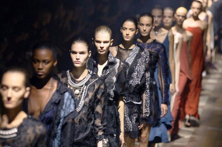 LANVIN為慶祝125周年,新一季女裝重新詮釋品牌的經典時尚。圖/法新社