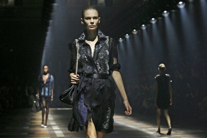 剪裁俐落的LANVIN黑色刺繡蕾絲女裝。圖/路透