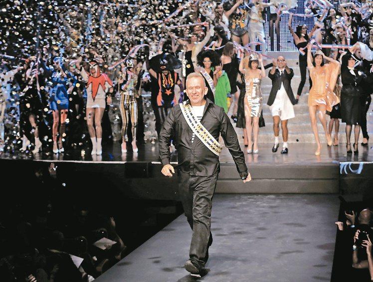 Jean Paul Gauliter謝幕時,全場報以熱烈掌聲。圖/美聯社