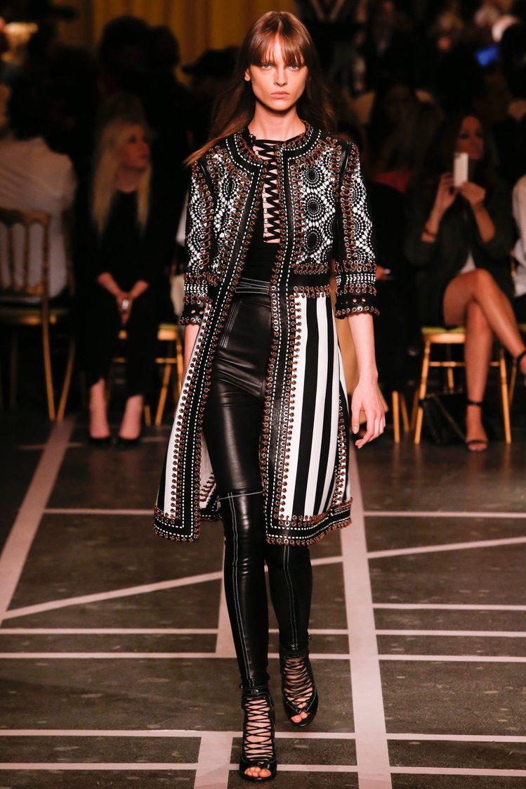 GIVENCHY 2015 春夏服裝處處散發摩登酷味,又夾帶著一股優雅古典風情。...