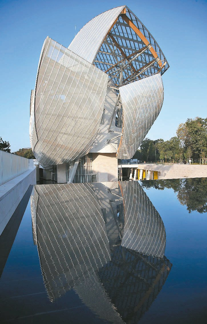 LV大秀所在,正是將在10月底開幕的路易威登藝術基金會。圖/美聯社
