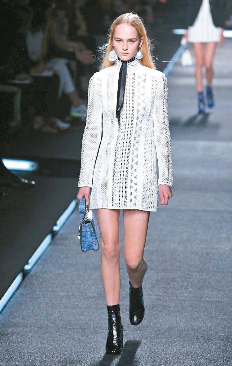 少女名模Jean Campbell以白色針織復古洋裝揭開序幕。圖/歐新社
