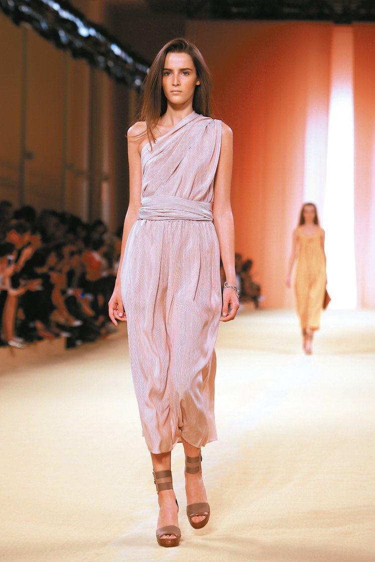 單純的色調賦予Hermes女裝柔美氣質。圖/美聯社