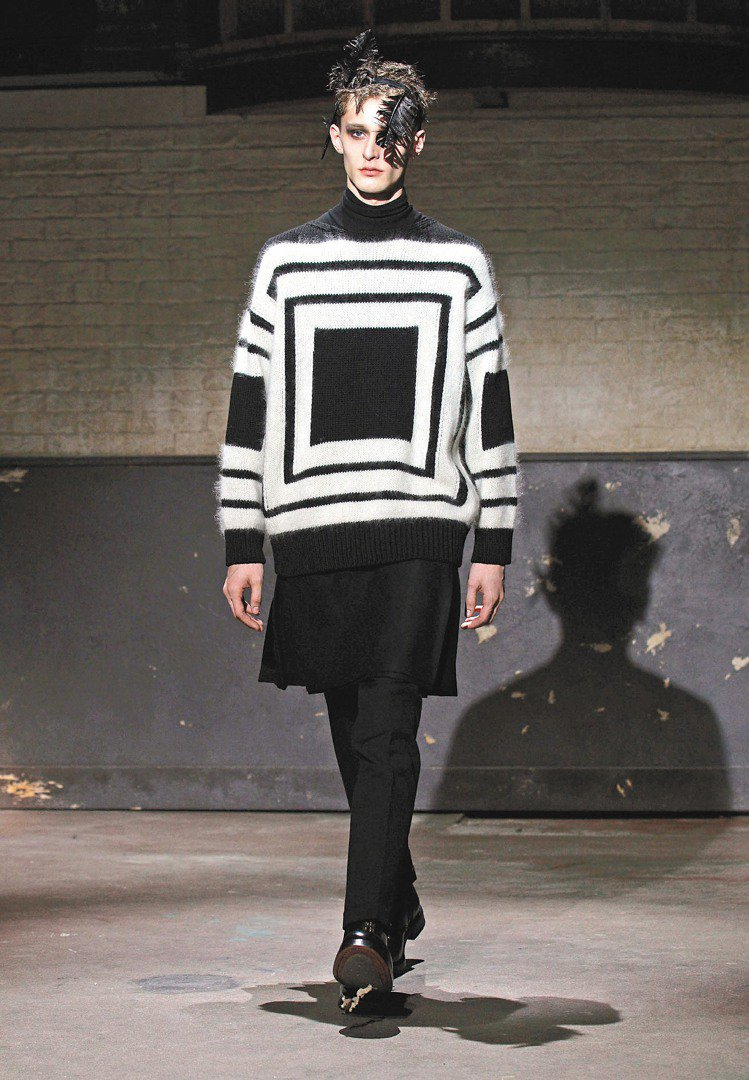 Alexander McQueen以黑白幾何圖案為暗黑風格增添視覺感。圖/歐新社