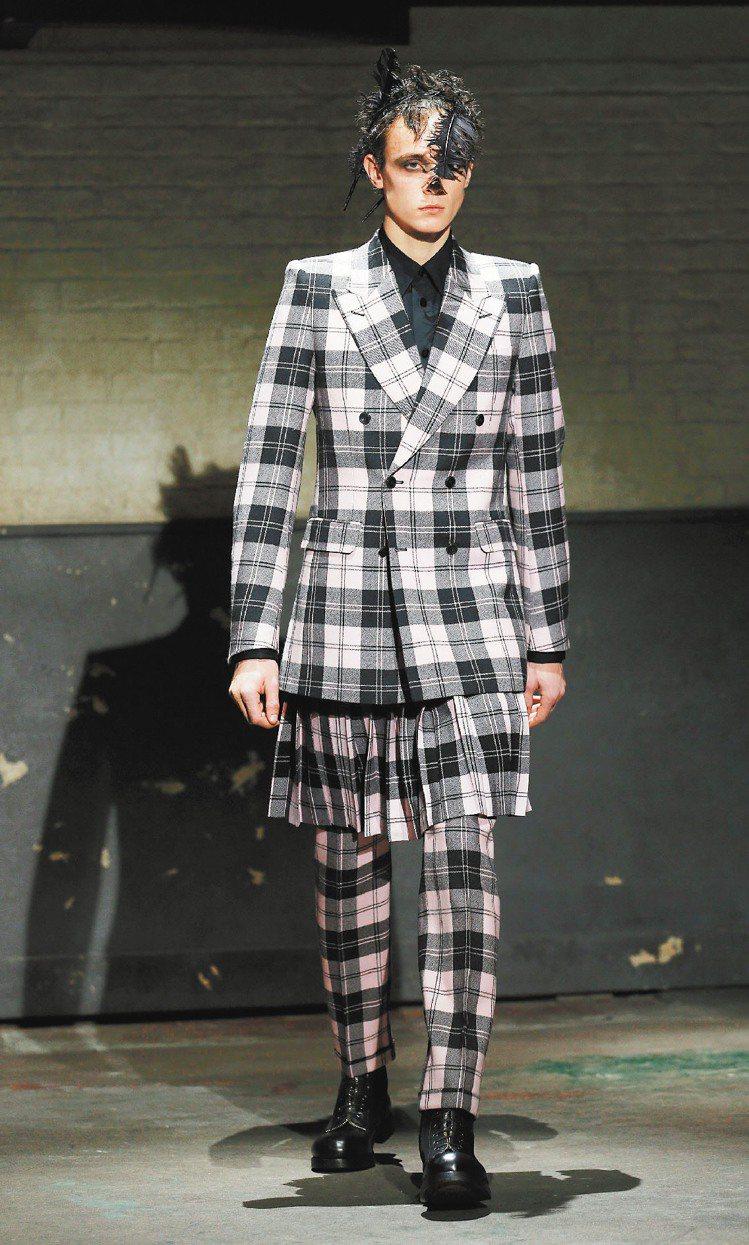 Alexander McQueen以標準三件式格紋西裝搭配裙子,讓英倫紳士變龐克...