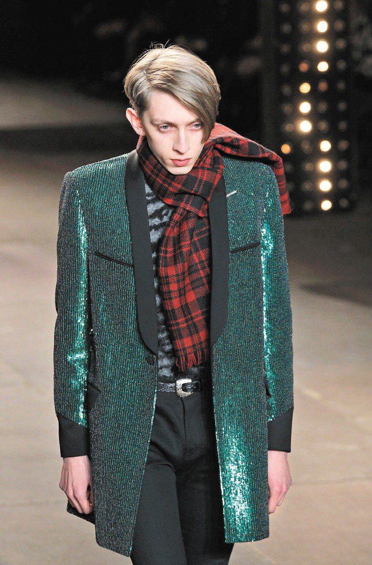 Saint Laurent運用頂級工藝,讓外套布料有奢華感。圖/美聯社