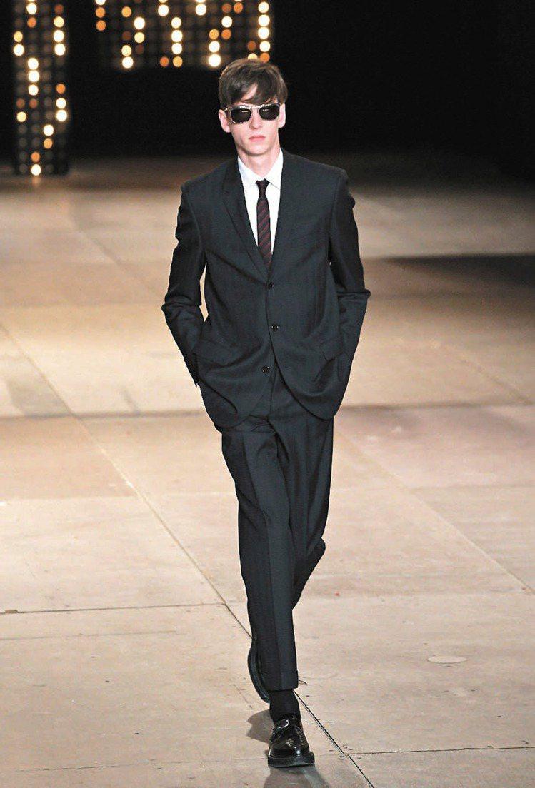 Saint Laurent經典西裝襯出男人的優雅品味。圖/美聯社