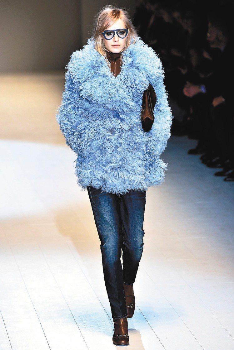 彩色oversize眼鏡、皮包、低跟靴完整了Gucci整體造型。圖/法新社