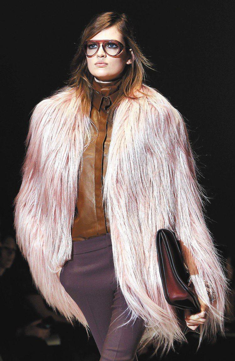 Gucci以浪漫粉色為奢華的皮草外套注入柔美氣息。圖/路透