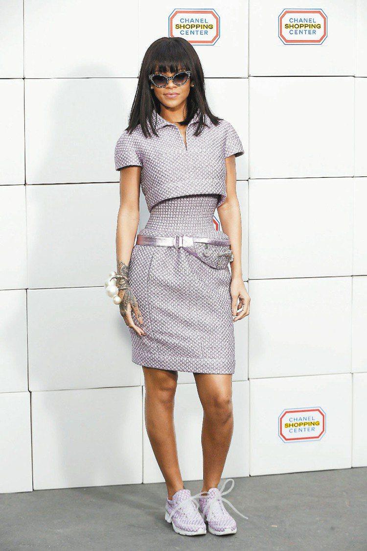 蕾哈娜穿香奈兒春夏高級訂製服現身。圖/法新社