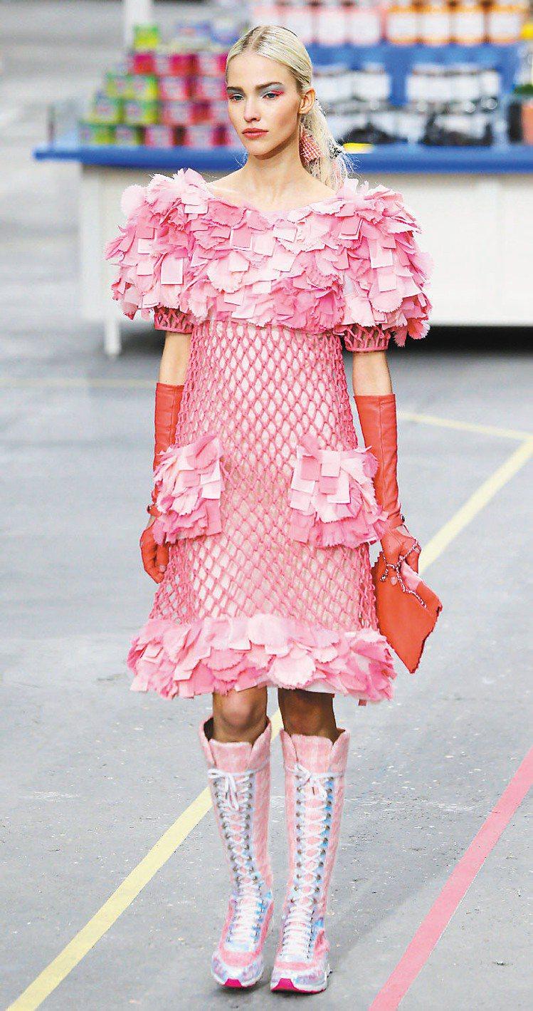粉嫩色洋裝搭配運動鞋是香奈兒新風格。圖/美聯社
