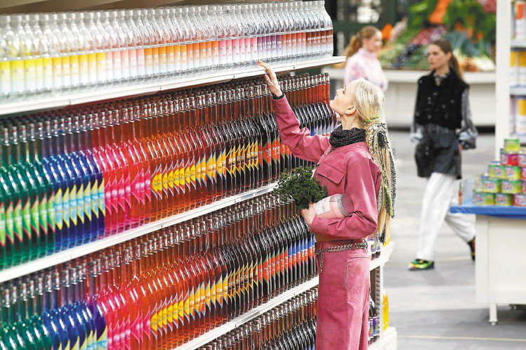 香奈兒賣場中的商品都是重新設計的陳列品。圖/路透